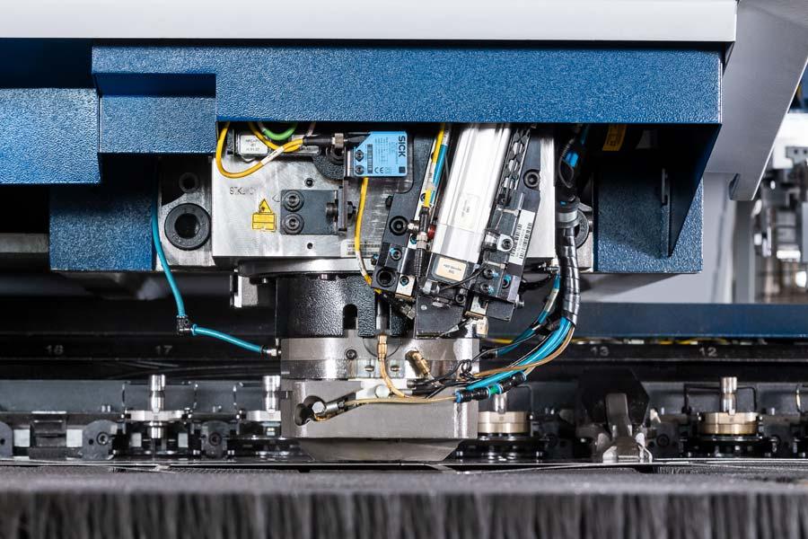 Kombination aus Stanzen und Lasern bei Deinzermetall aus Nürnberg